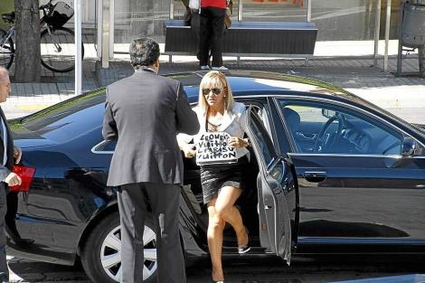 Isabel Carrasco sale del coche oficial en el que supuestamente iba a los consejos.   B. Moreno