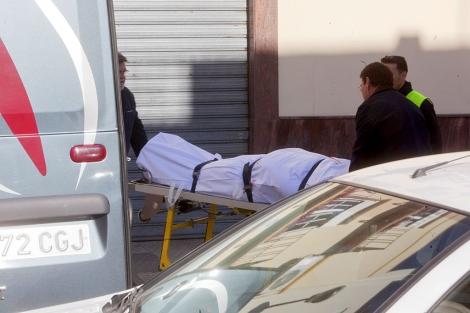 Personal del servicio funerario retira el cadáver del joven. | Madero Cubero