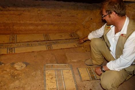 Uno de los investigadores de la UJA ante hallazgos arqueológicos. | UJA