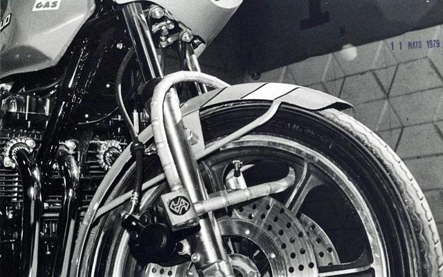 Imagen de 1979 de una moto anclada con un candado pitón. | EL MUNDO