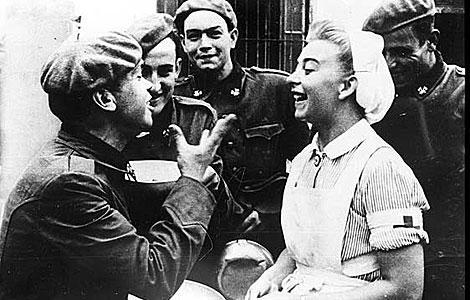 Los voluntarios españoles bromean con una enfermera alemana.