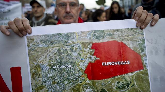 Un cartel con la superficie que ocuparía Eurovegas. | Foto: Gonzalo Arroyo