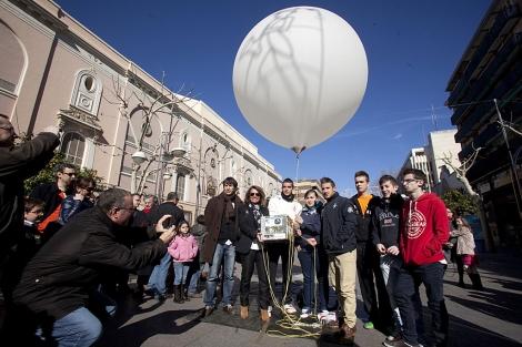 Profesores y alumnos participantes en la iniciativa, con el globo. | Madero Cubero