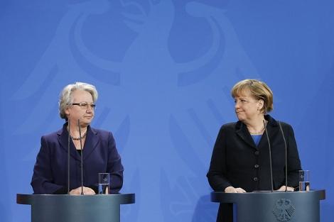 Annette Schavan y la canciller Angela Merkel, al anunciar su marcha. | Reuters