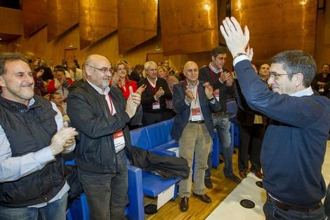 Patxi López recibe el aplauso de los asistentes tras su reelección.| Ignacio Larrinzar