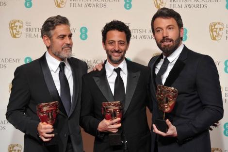Affleck, con los productores Clooney y Heslov, con los premios. | Reuters [MÁS FOTOS]