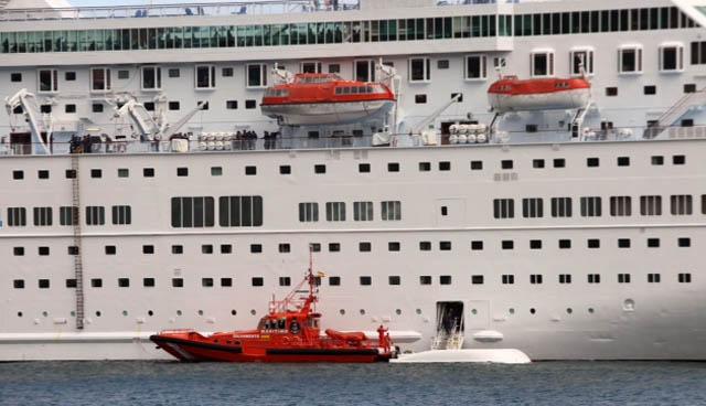 A la derecha, el bote volcado. Foto: Marcos J. Rodríguez