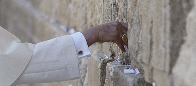 El Papa Benedicto XVI depositando una nota en el muro de las lamentaciones de Israel.