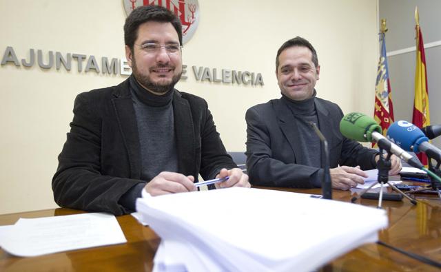 Ignacio Blanco y Amadeu Sanchis, de Esquerra Unida, durante su rueda de prensa.   Benito Pajares