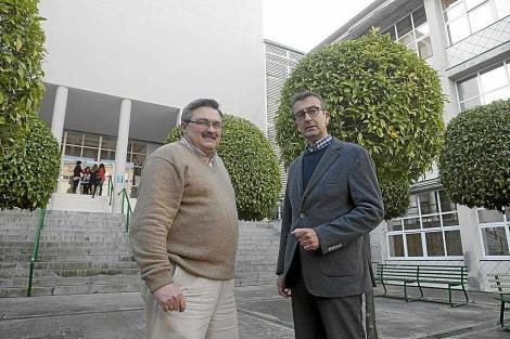 El presidente de la AAFI, Francisco J. García, con el decano Manuel Barrios. | Conchtina