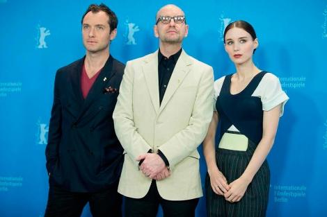 Jude Law, Steven Soderbergh y Rooney Mara en Berlín. | Efe