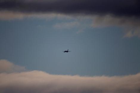 Un avión de Iberia entre nubes. | Reuters