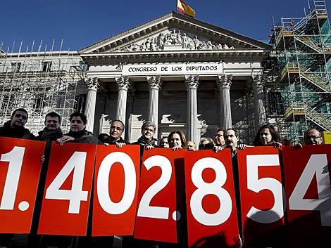 La Plataforma Afectados por la Hipoteca a las puertas del Congreso.   Emilio Naranjo / Efe