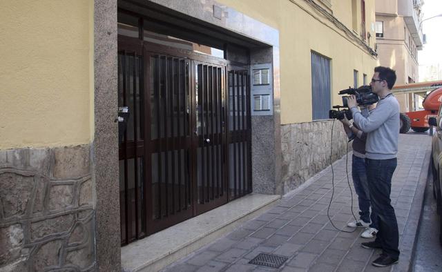 Medios de comunicación frente a la fachada del edificio donde se ha producido el suicidio.   Efe