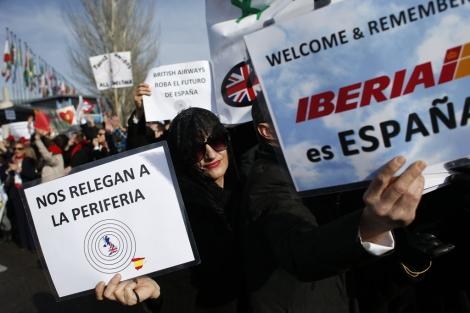 Trabajadores de Iberia protestan contra los despidos. | Reuters
