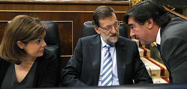 Soraya Sáenz de Santamaría y Mariano Rajoy hablan en el Congreso con J. Antonio Bermúdez de Castro. | Efe