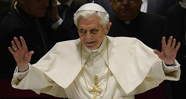 Benedicto XVI saluda a todos los fieles que le esperaban en el Aula Pablo VI del Vaticano.   Afp