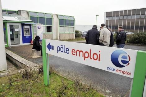 Varios periodistas, en la entrada de la oficina de empleo en Nantes.| Afp