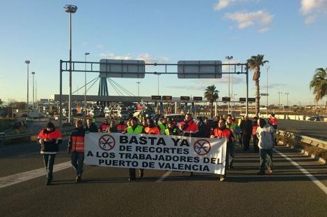 Manifestantes recorren los accesos al Puerto de Valencia. | CSIF