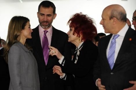 Los Príncipes charlan con la galerista Juana de Aizpuru en presencia de Wert. | Bernardo Díaz