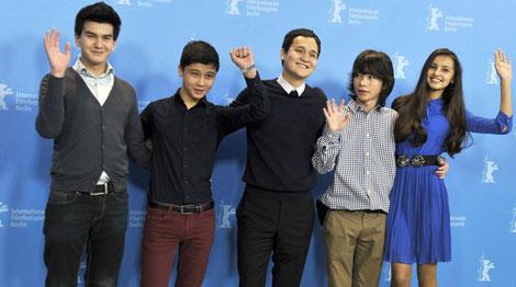 El director Emir Baigazin (centro) junto al reparto de 'Harmony Lessons'. | Afp