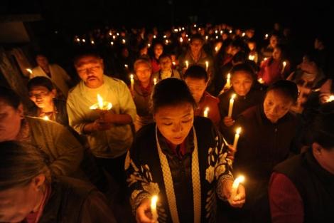 Tibetanos en el exilio en una vigilia por la inmolación de un monje en Katmandú. | Afp