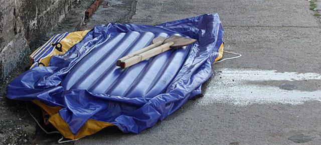 Una lancha utilizada por unos inmigrantes para intentar llegar a España.| EL MUNDO