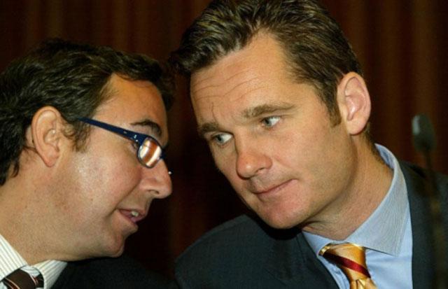 Urdangarin conversa con su ex socio en un acto en Barcelona en 2004. | Foto: Santi Cogolludo
