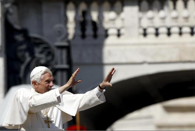 El papa Benedicto saluda a los fieles en la Plaza de San Pedro del Vaticano. | Reuters