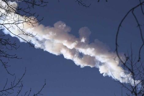 Estela dejada por el meteorito en Rusia.   Efe