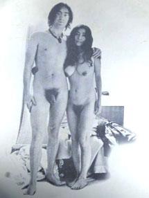 La pareja posa desnuda.