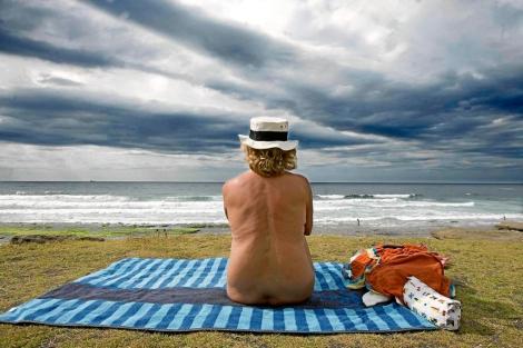 Una mujer desnuda contempla la playa. | E.M.