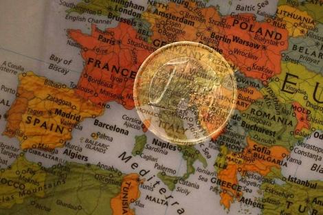 Moneda de un euro sobre un mapa de Europa