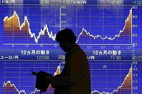 Pantalla en Tokio con los cambios entre el dólar y yen. | Reuters