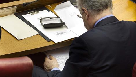 Rafael Blasco, leyendo un informe secreto bajo su mesa. | Benito Pajares