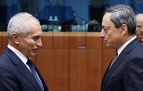 Vassos Shiarly habla con Mario DRaghi, presidente del BCE, en Bruselas. | Reuters