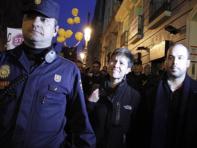 Beatriz Talegón abandona la manifestación, llorando y escoltada por la Policía. | Alberto Di Lolli