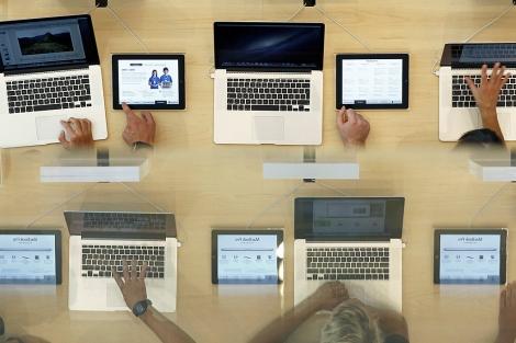 Ordenadores en una tienda Apple.| Reuters