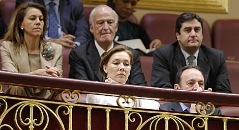Elvira Fernández, esposa de Rajoy, y en segundo término, Cospedal. | C. Manso / Afp