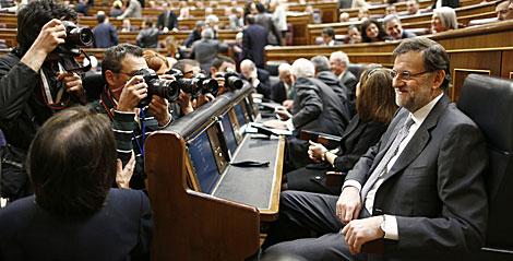 Rajoy, rodeado de fotógrafos, antes del inicio del Debate. | Diego Crespo