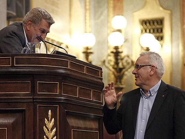 El líder de IU, Cayo Lara, sube a la tribuna para intervenir en el debate. | Efe