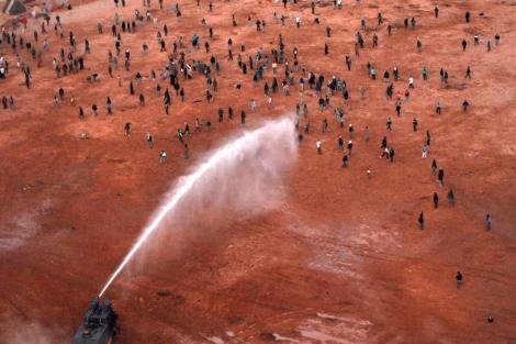 Disturbios tras el desmantelamiento del campamento de Gdeim Izik, en 2010.