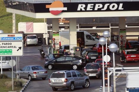 Cola en una gasolinera. | Javier Barbancho