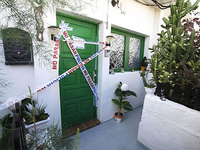Entrada al domicilio donde se encontró la bolsa con restos óseos en Tinajo, Lanzarote. | Martínez Crispán / Efe