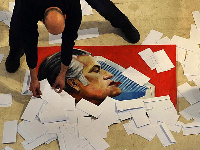El cuadro de Bárcenas en la exposición sobre la burla hecho por Toño Velasco. | Eloy Alonso / Reuters