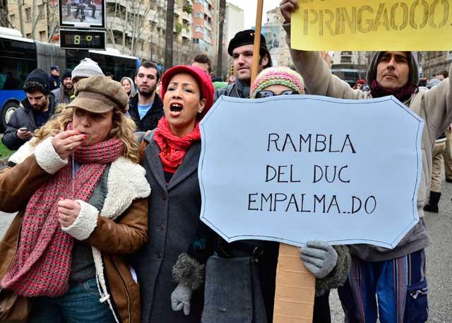 Manifestantes a las puertas del Juzgado. | Foto: Alberto Vera
