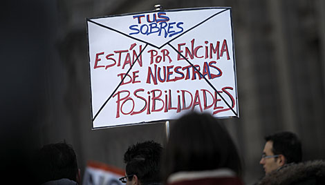 Pancarta que alude al 'caso Bárcenas'. | Alberto Di Lolli