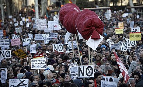 Los manifestantes portan un chorizo para denunciar la corrupción. | Alberto Di Lolli