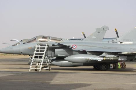 Un caza cargado con misiles espera en el aeropuerto de Niamey (Níger). | R. M.