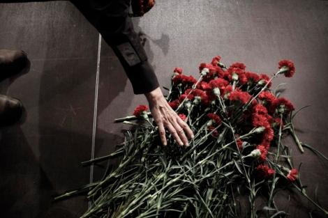 Flores en memoria de las víctimas de la violencia de género en Madrid. | Alberto Di Lolli